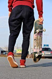styl skate z deskorolką